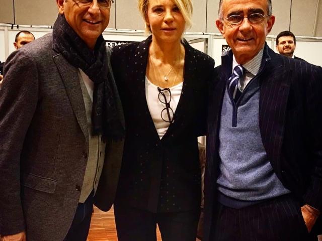 Stanchi ma felici Carlo Conti e Maria De Filippi hanno condotto con successo il Festival di Sanremo 2017. Portarli insieme sul palco dell'Ariston resta una delle più complesse e vincenti scommesse di cui vado fiero. Conti ha stabilito il record personale di tre edizioni consecutive del Festival con medie di share crescenti: 49% nel 2015, 50% nel 2016, 51% nel 2017.
