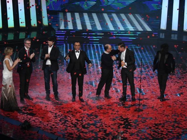 """Questa l'immagine finale del Festival di Sanremo 2017 vinto da Francesco Gabbani. L'anno prima era stato erroneamente eliminato nella sezione Nuove proposte e poi ripescato quando era già in albergo con le valigie pronte. Vinse tra i giovani nel 2016 e tra i big nel 2017. Quando si dice """"sliding doors""""."""